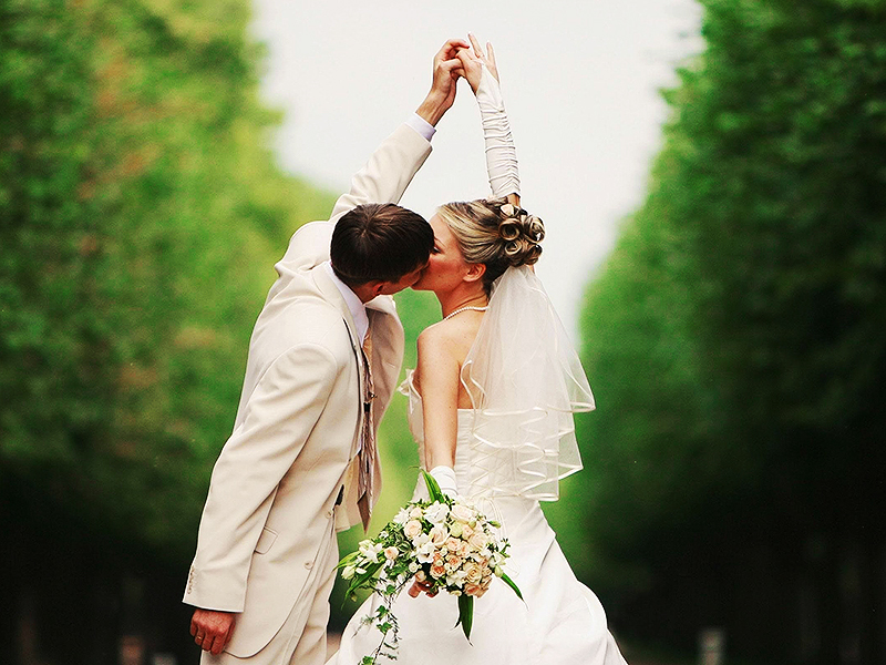 Holidays___Weddings_Kiss_of_the_bride_and_groom_078798_